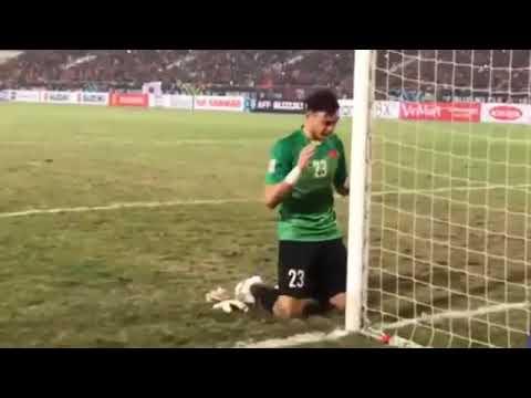 Khoảnh khắc Đặng Văn Lâm ôm cột khóc một mình sau khi vô địch AFF Cup 2018
