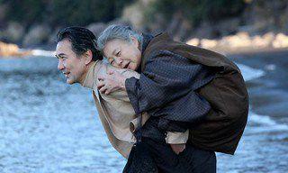 Mẹ và vợ cùng rơi xuống nước