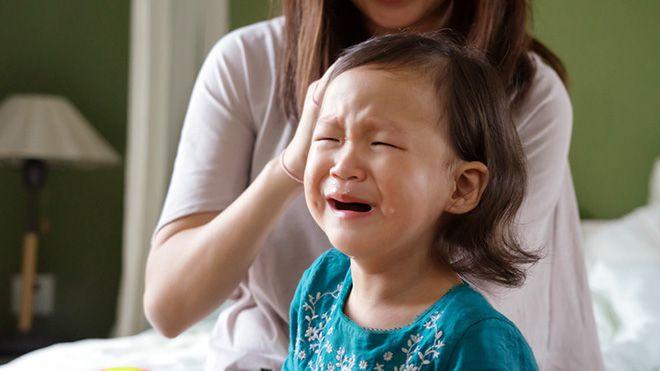 Sai lầm kinh điển của cha mẹ Việt Nam khi trẻ nhỏ ăn vạ & Cách giải quyết